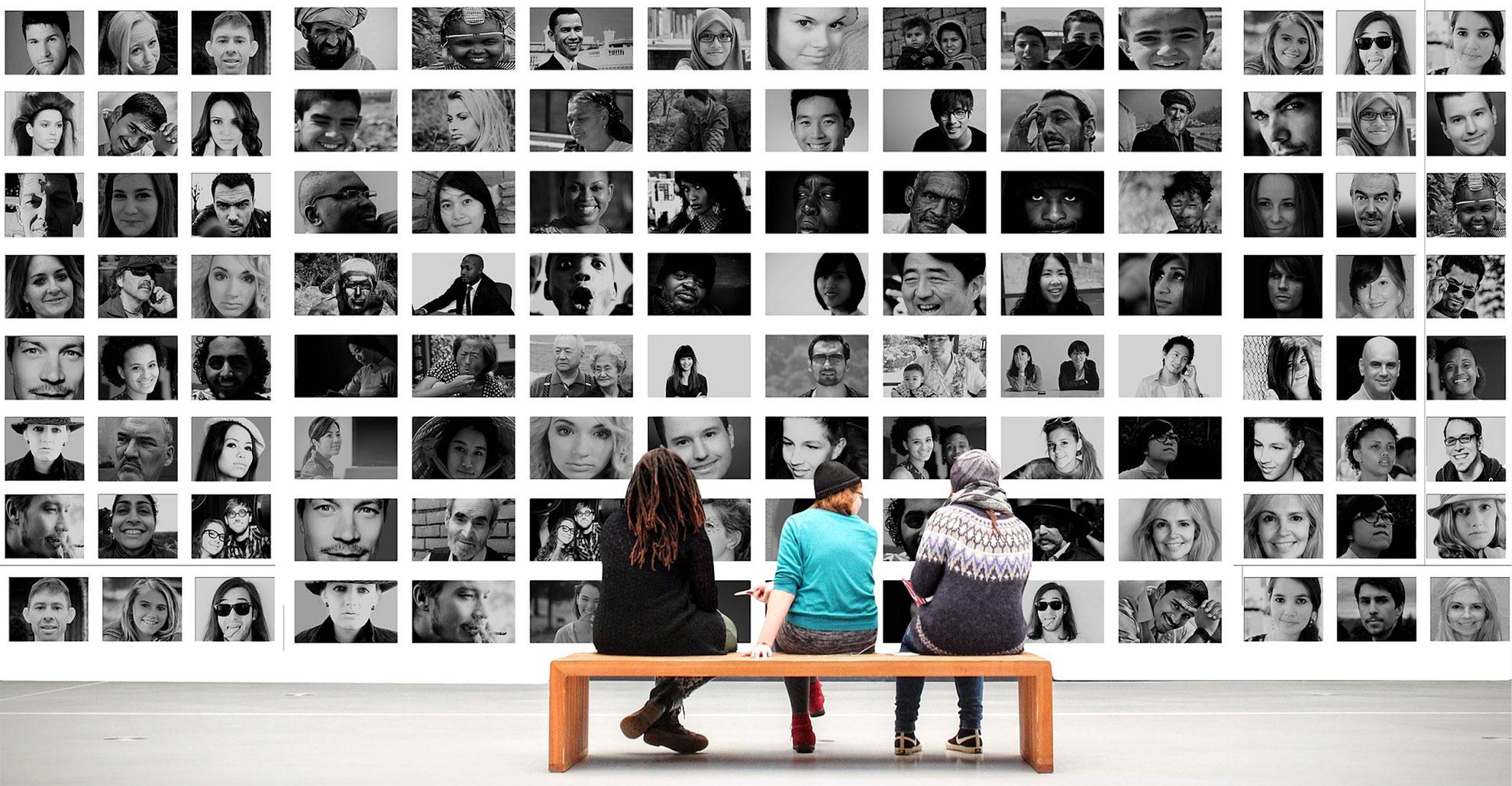 Acquisire-Clienti-Persone-davanti-a-foto-di-volti
