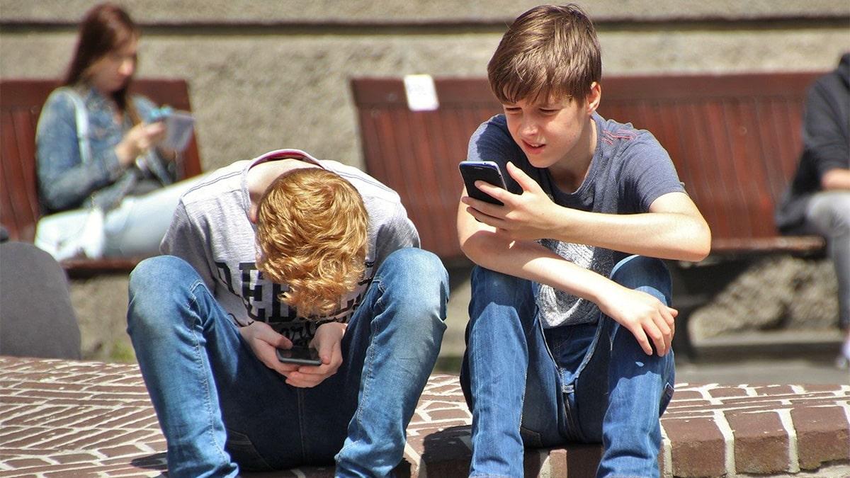 Ragazzi con smartphoone che navigano su Internet
