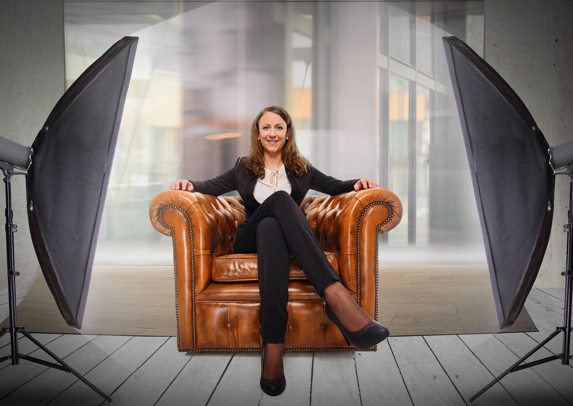 Donna sicura di sé e pronta alla sfida professionale nel trovare lavoro
